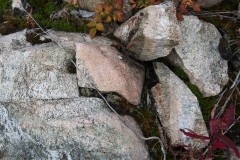 Stenar och berghällar som spruckit i den intensiva hettan.