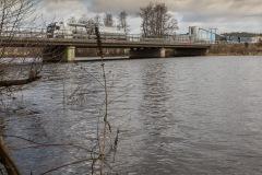 Landsvägsbron är rätt låg sett ur en båtfarares perspektiv.